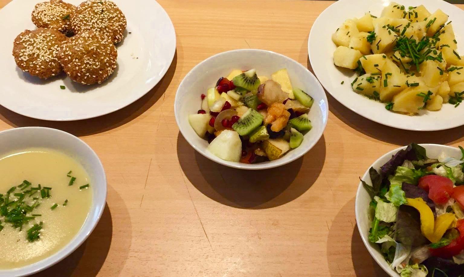 Beispiel für ein Mittagsmenü: Kartoffelcremesuppe, Falafel mit Erdäpfeln und Salat, Obstsalat