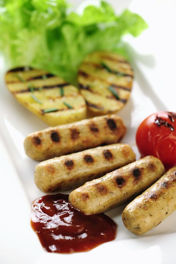 Gegrillte Tofu-Würstchen mit Ketchup und Gemüse