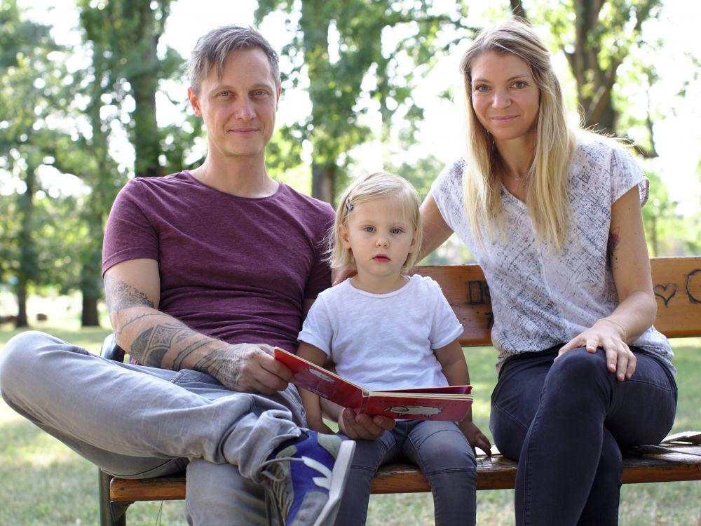 Lilja (2 ½) mit ihren Eltern Lena (36) und Philipp (37)