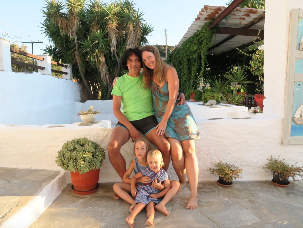 Enio (7) und Inara (2) mit ihren Eltern Chris (54) und Kathi (30)