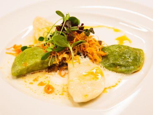Schlipfkrapfen auf Zucchini-Paradeisergemüse mit buntem Gemüsestroh