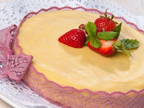 Weiße Mousse Torte mit Erdbeeren