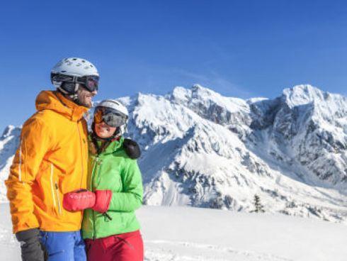 Skifahrer in den beschneiten Bergen