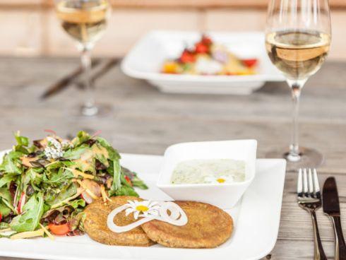 Vegane Gerichte auf Holztisch