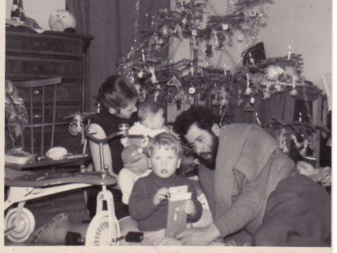 Oma mit Mann und Kindern Weihnachten 1962