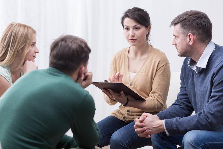 Vier Menschen diskutieren.